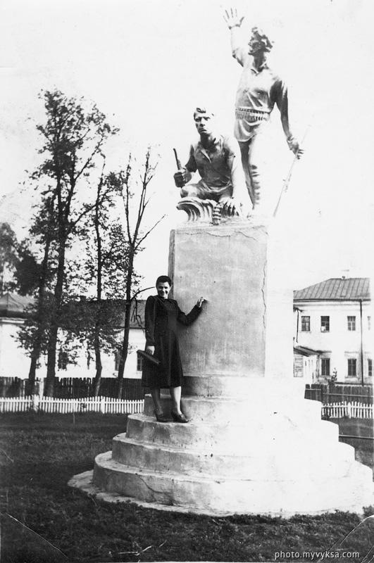 У памятника в парке — фото старой Выксы