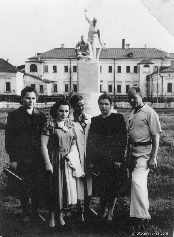 У памятника расстрелянным коммунарам. Выкса — фото старой Выксы