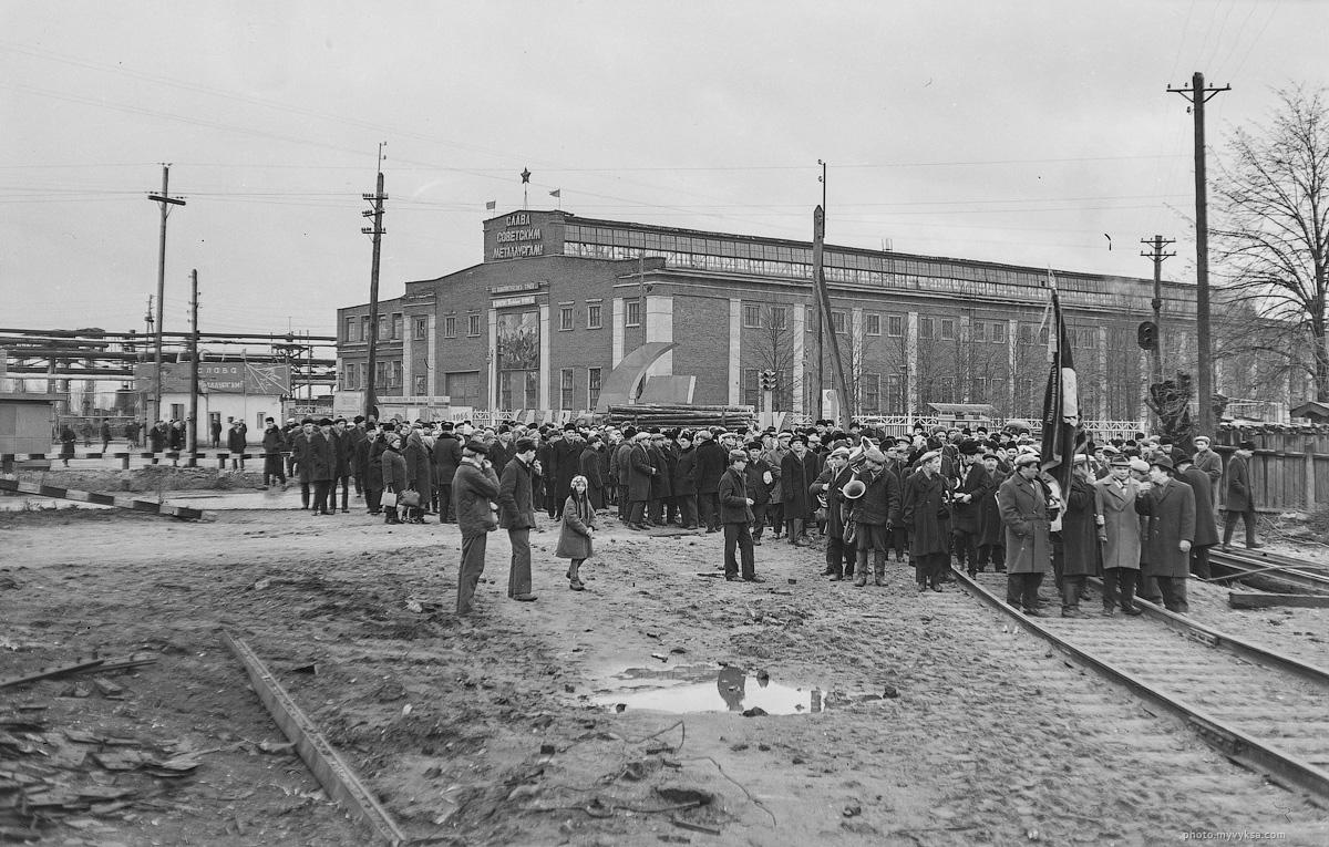 Сбор на демонстрацию на ул. Ленина. Выкса