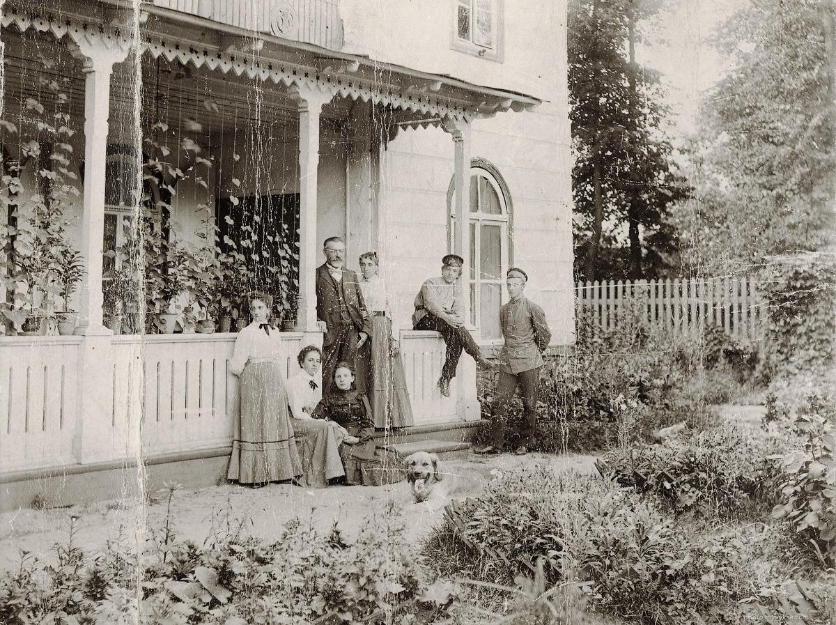 Семья Гельц у своего дома в парке