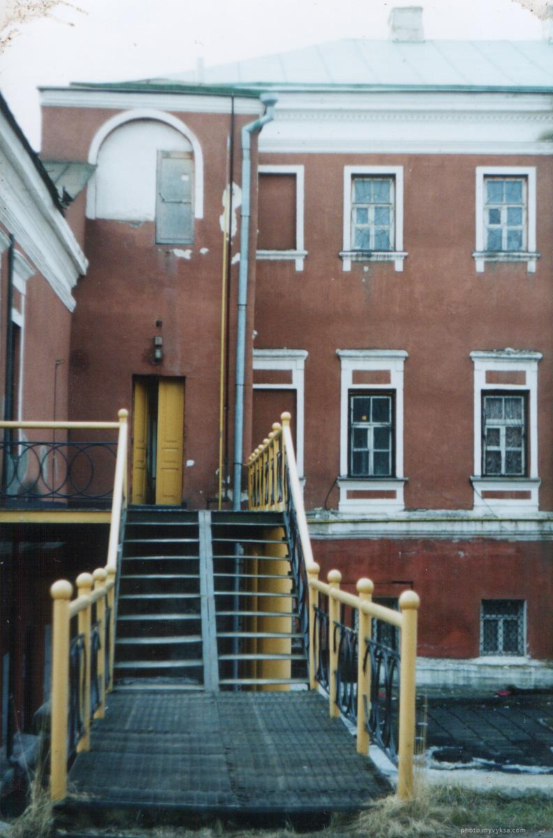 Дом Баташевых до реконструкции. 2004 г. Легендарная «Дверь не туда».