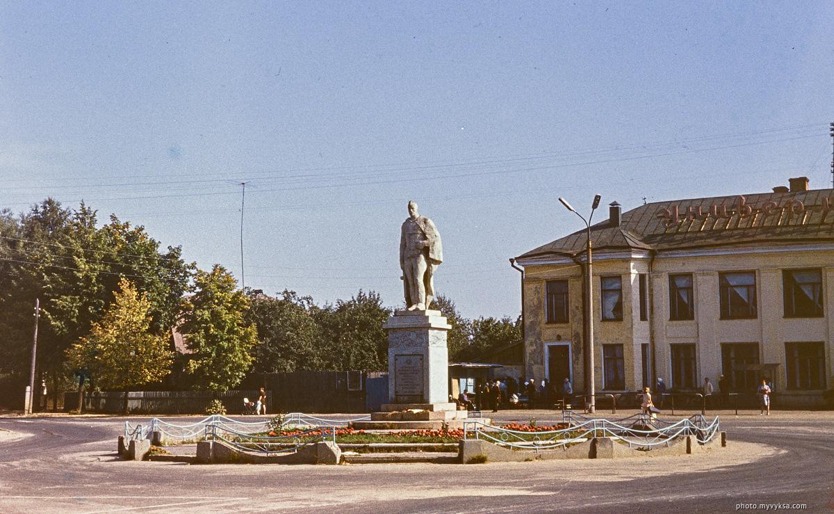 Памятник на Комсомольской площади. Выкса