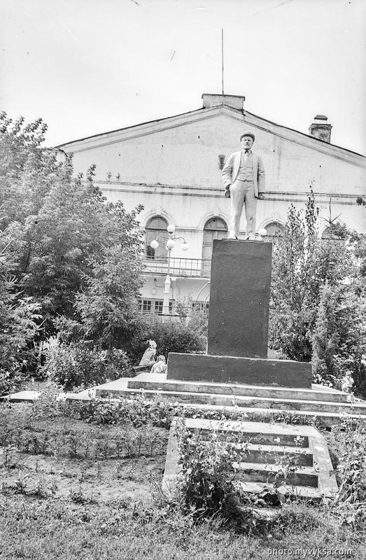 Ленин у ДК Лепсе. Выкса — фото старой Выксы