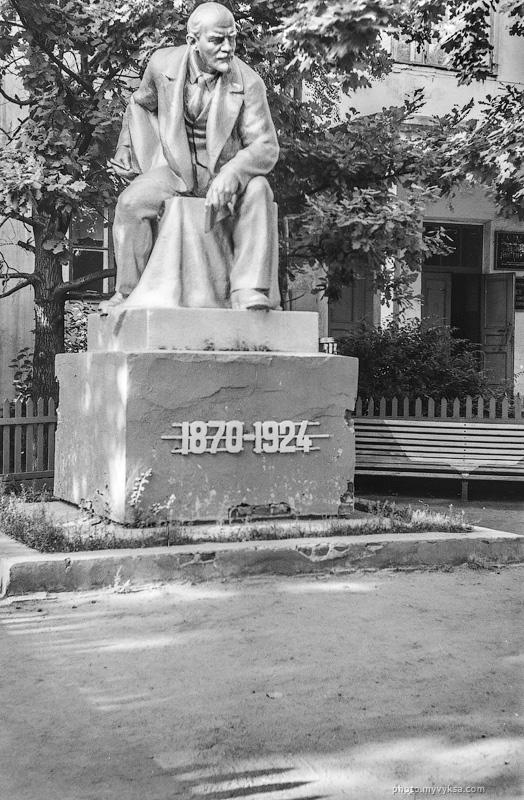 Памятник Ленину около Учебного центра. Выкса