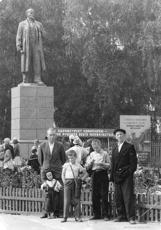 Памятник Ленину у малой церкви. Выкса
