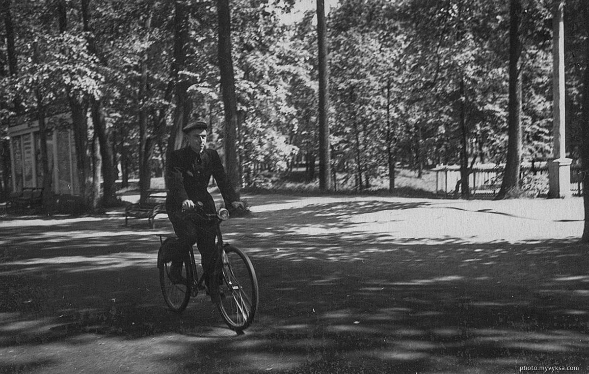 На велосипеде в парке. Выкса — фото старой Выксы