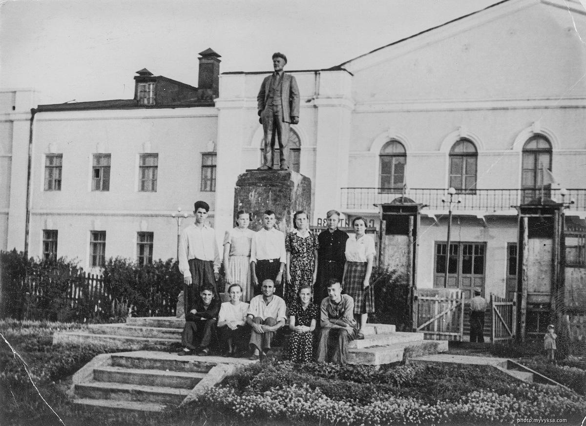 У памятника. Выкса — фото старой Выксы