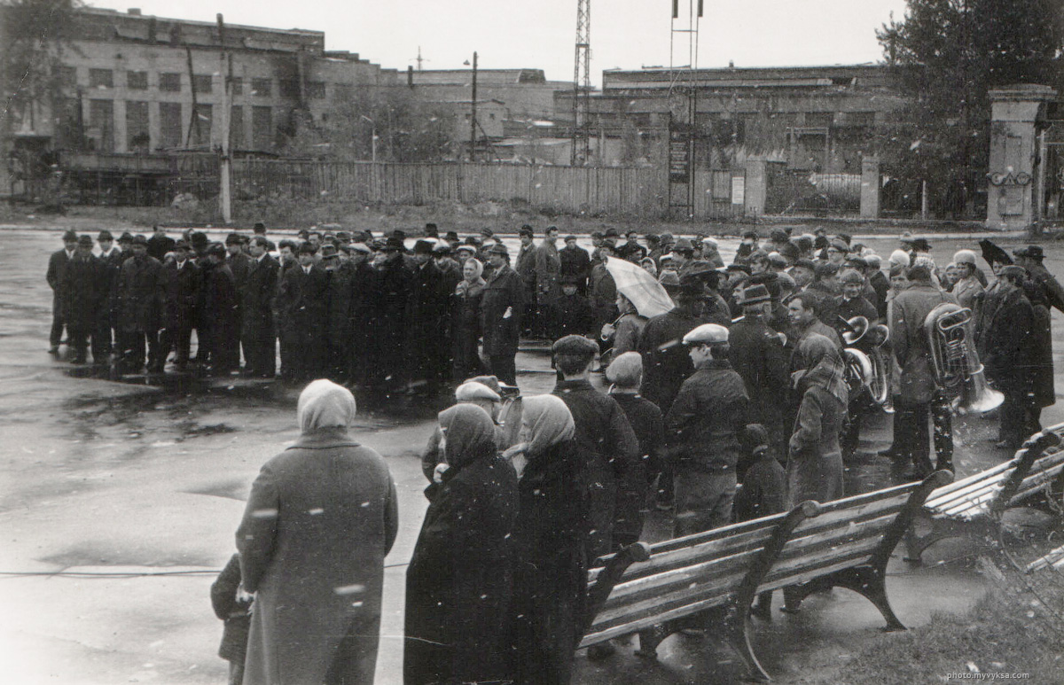 Митинг у главной проходной завода ДРО.