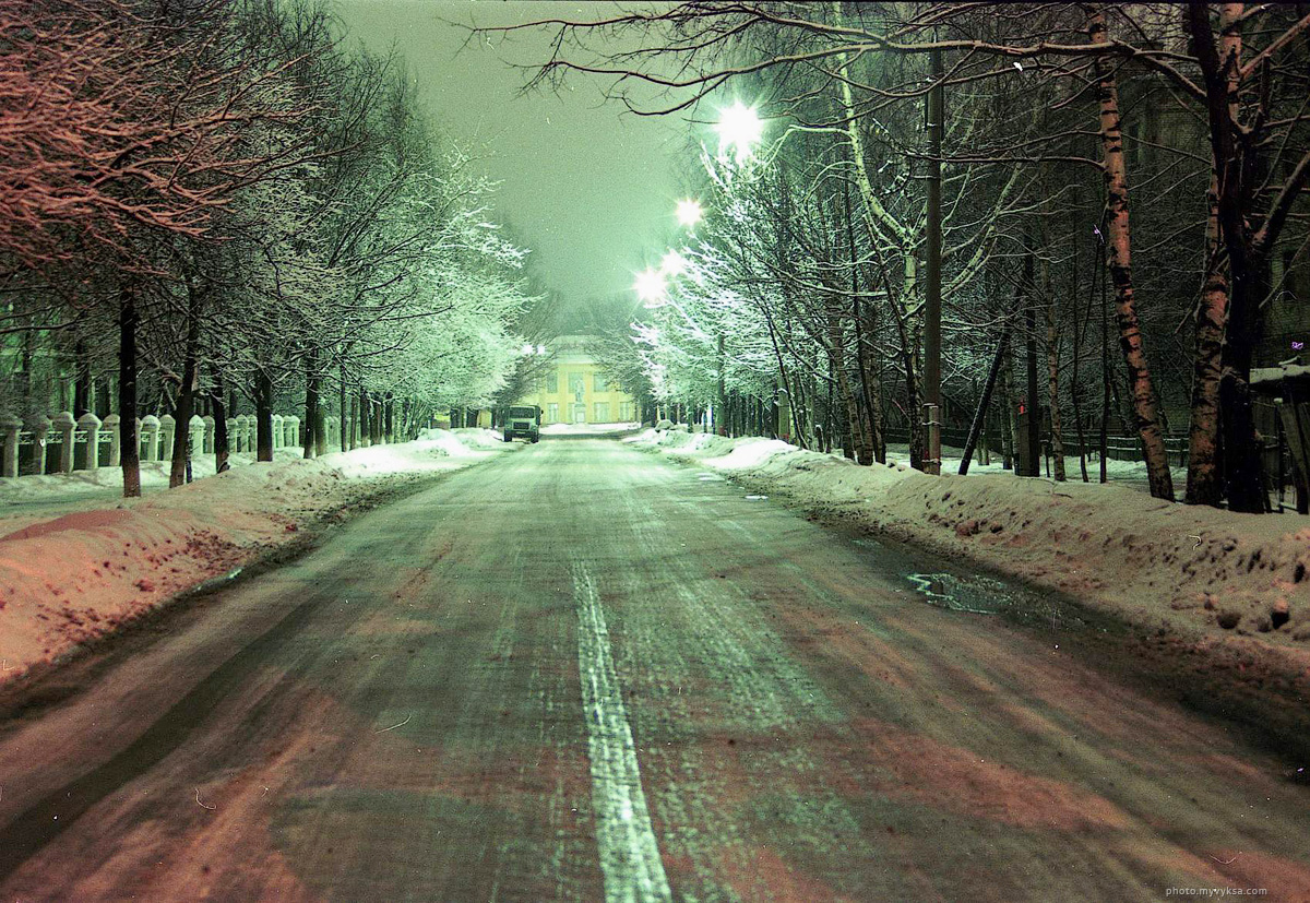Ул. Островского зимой. 90-е года. Фотография Сергея Суркина. — фото старой Выксы