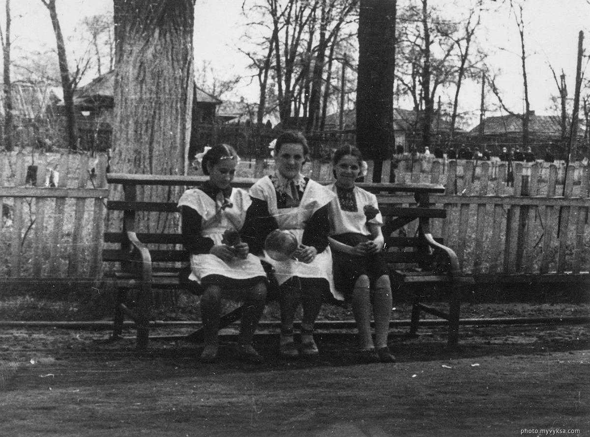 На скамейке. В парке. Выкса — фото старой Выксы
