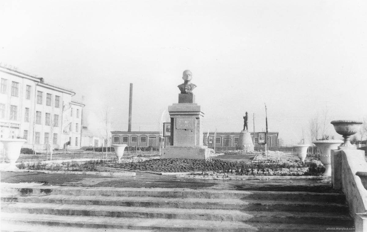 Памятник у проходной завода ДРО. Выкса
