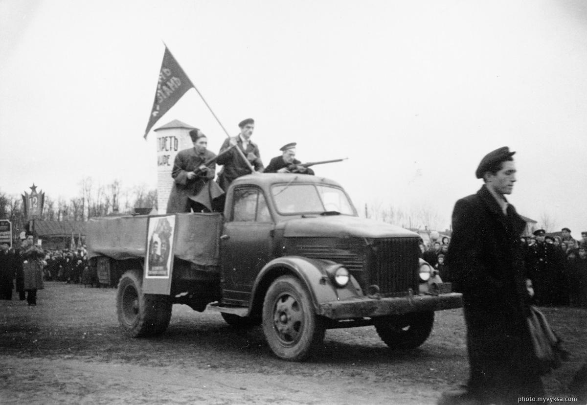 Демонстрация на 40-летие советской власти. Выкса — фото старой Выксы