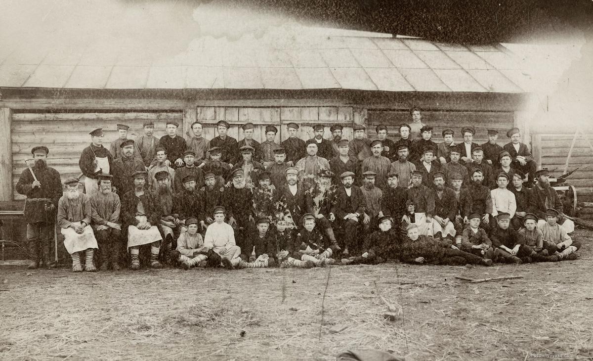 1909 г. р.п. Виля. Работные люди мелкосортного прокатного цеха. Управляющий — фон Лессинг. Обер мастер — В. И. Шмыров. Выксунский горный округ.